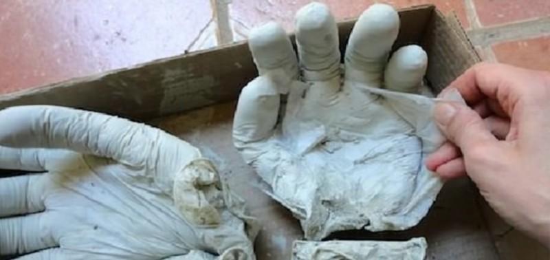 Этот мужчина вылил цемент в резиновые перчатки. Через 2 дня я оценил, какая красота получилась!