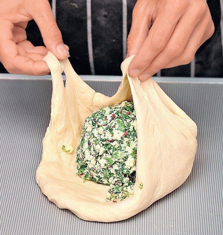 Купила на рынке полкилограмма творога и пучок зелени… Родные три дня ели это блюдо!
